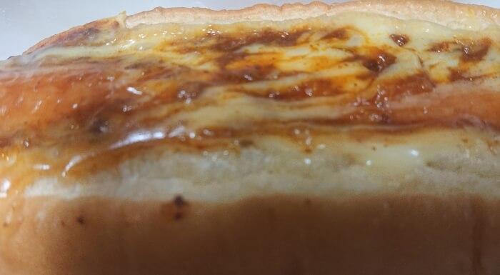 ローソンのミート&チーズの本体表面