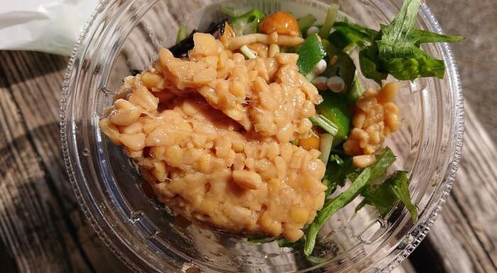 セブンのねばねば具材と納豆の雑穀ごはんサラダ中身2