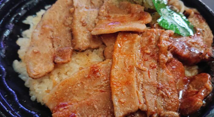 ファミマの炙り焼ダブル味噌豚丼の上部1