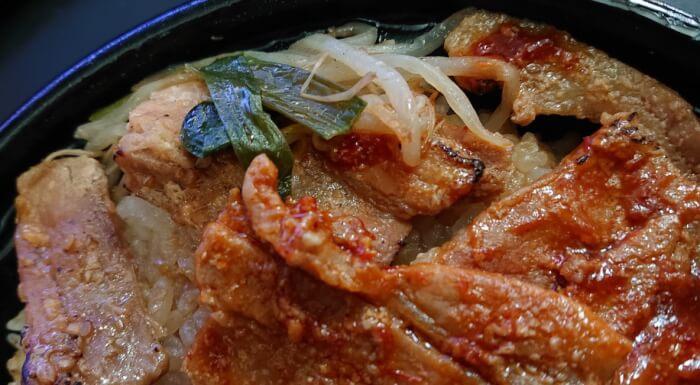 ファミマの炙り焼ダブル味噌豚丼の上部2