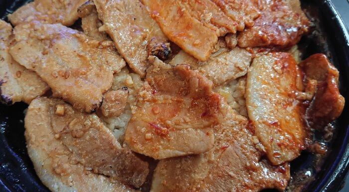 ファミマの炙り焼ダブル味噌豚丼の豚肉