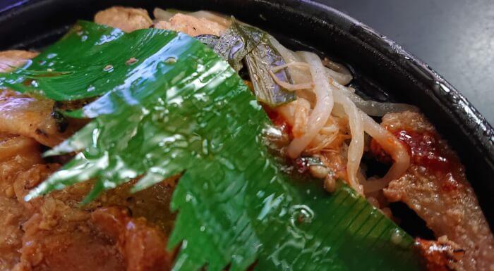 ファミマの炙り焼ダブル味噌豚丼のもやしのニラ炒め