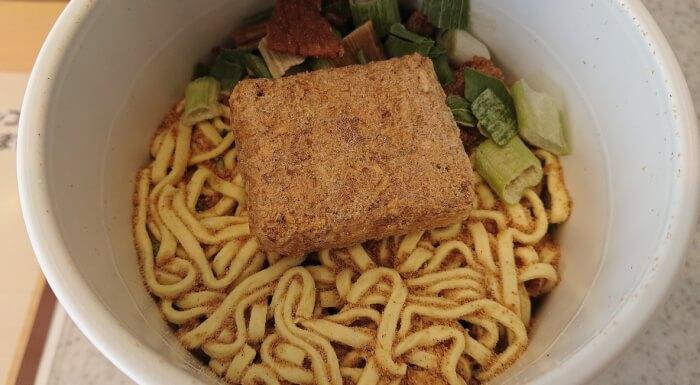 ファミマの焼豚たっぷりチャーシュー麺 生姜醤油味の蓋を開けたところ