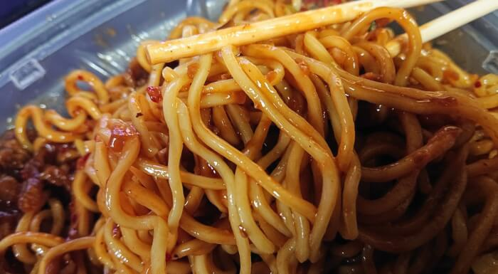 セブンのピリ辛肉味噌あんのジャージャー麺の麺