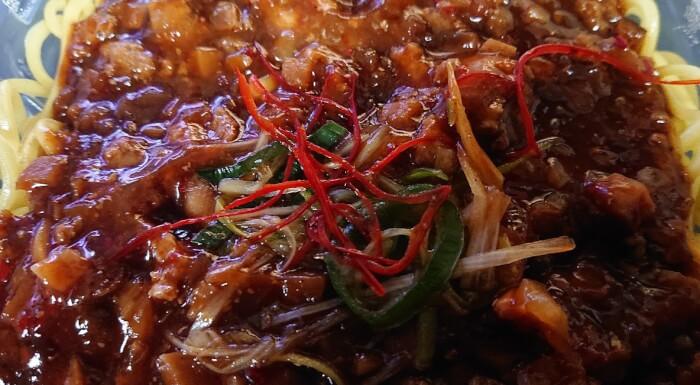 セブンのピリ辛肉味噌あんのジャージャー麺のソース
