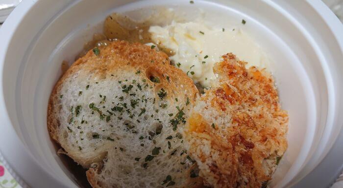 調理前のセブンのこんがりチーズのオニオンスープの蓋を開けたところ