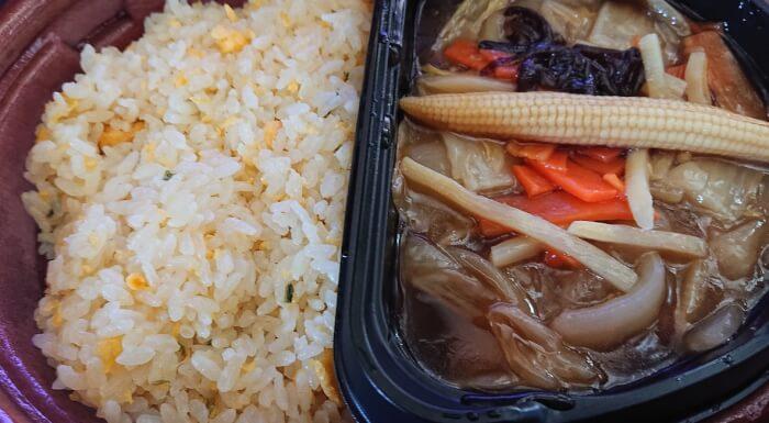 ローソンの1食分の野菜が摂れる!あんかけ炒飯の蓋を取ったところ
