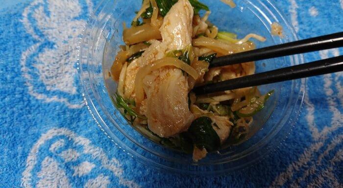 セブンのシャキシャキ野菜の蒸し鶏ザーサイを箸で一つまみ