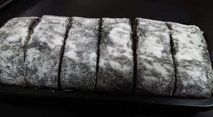 ローソンのお餅で巻いたもち食感ロール ごまみたらしの本体全体