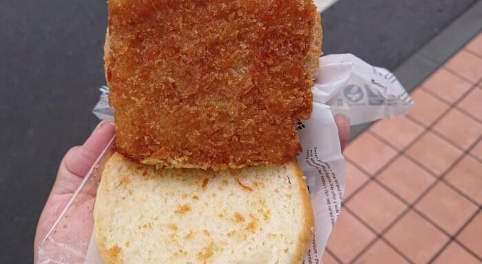 セブンのたっぷりタルタルフィッシュバーガーのパン生地と白身魚フライ
