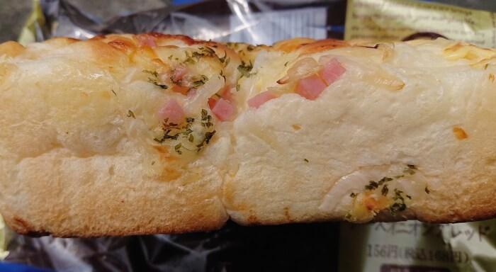 ファミマのチーズオニオンブレッドの側面