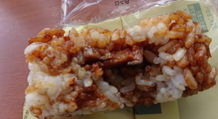 ファミマのうなぎ蒲焼風かまぼこおむすびの具材2