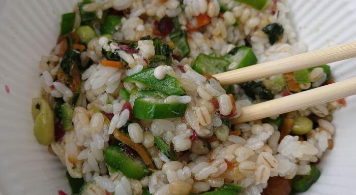 ローソンの1食分の野菜が摂れるネバネバご飯の具材とご飯を混ぜた状態