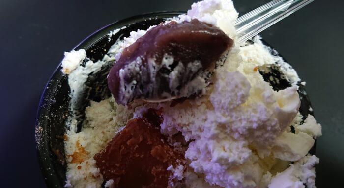 ファミマの白玉とわらび餅のクリームぜんざいのクリームぜんざいをスプーンで一掬い